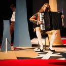 podiumfoto 2, ORFEO, een drama van karton